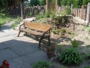 скамейки во дворе кафе